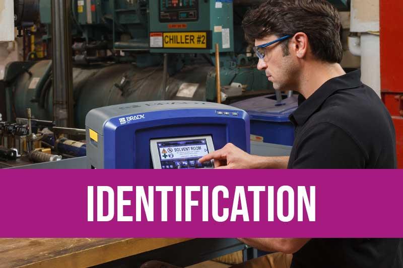Traçabilité industrielle, imprimante Brady, étiquette traçabilité RFID, pose étiquette automatique feeder. Risques industriels maîtrisés avec pictogramme sécurité, marquage au sol, CLP, formation habilitation électrique