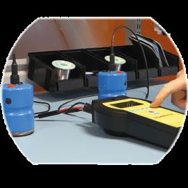 utilisation d'outil de test et mesure ici un champmetre pour mesurer les décharges électrostatiques